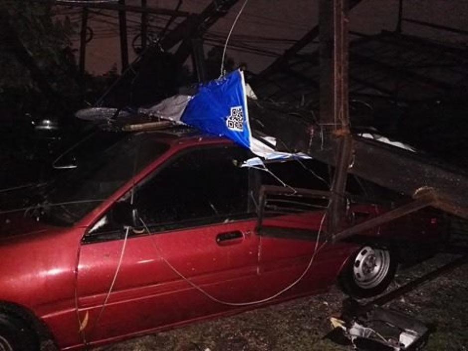 Uno de los vehículos dañados este miércoles. (Foto: Soy502)