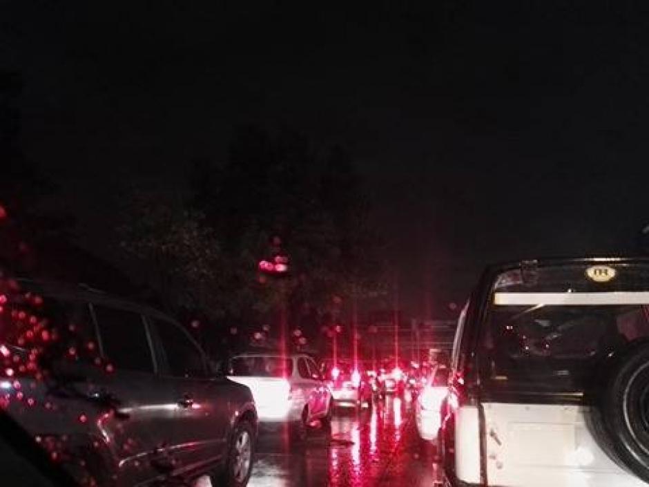 La lluvia provocó que varias calles en la Avenida Petapa se quedarán sin energía eléctrica. (Foto: Soy502)