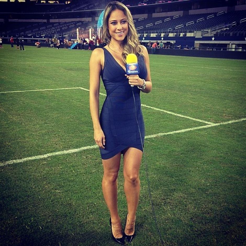 Vanessa Huppenkothen es una de las reporteras que más suspiros roba a los aficionados al futbol en la Copa Oro 2015. (Foto: Televisa)