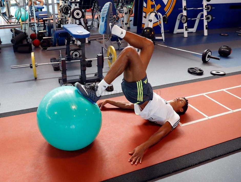 Raphaël Varane también se ejercita con el Real Madrid en Baldebebas. (Foto: Facebook/Real Madrid)