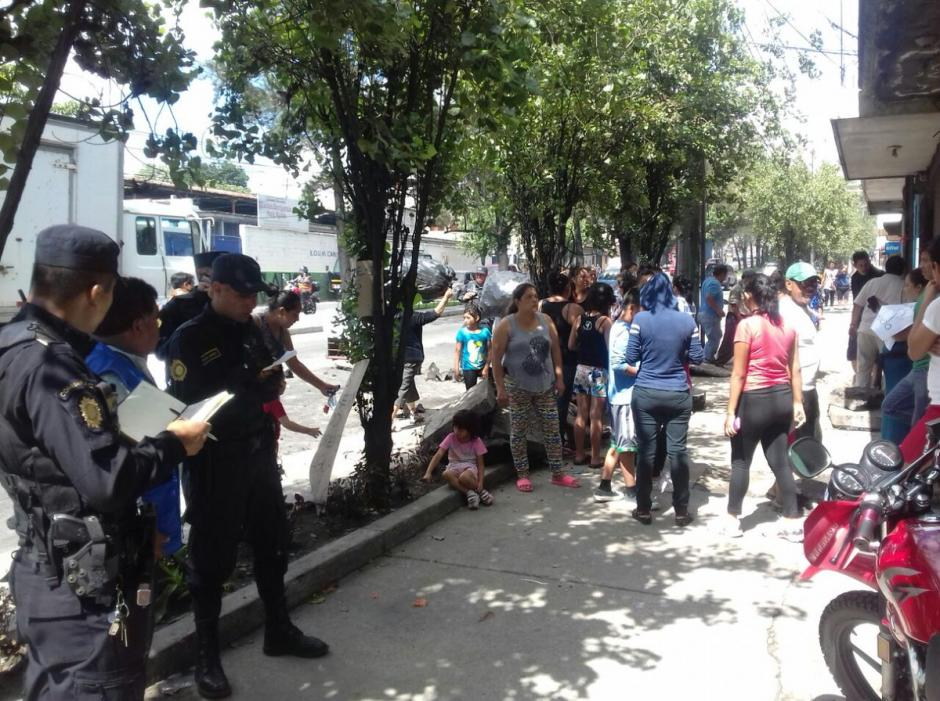 Los vecinos desalojaron las viviendas por el riesgo que provoca el hundimiento.  (Foto: @ConredGuatemala)