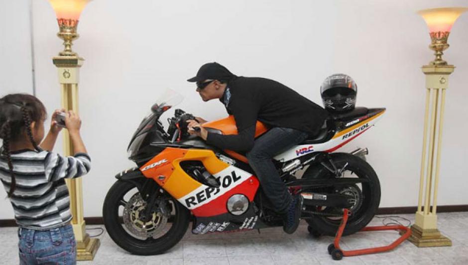 Un mensajero puertorriqueño fue velado encima de su motocicleta. (Foto: El Mundo)