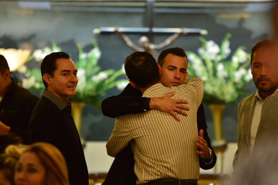 Amigos, familiares y compañeros llegaron al velorio este jueves. (Foto: Jesús Alfonso/Soy502)