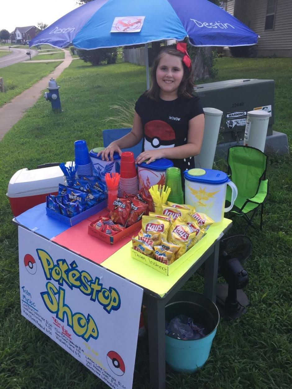 La niña vende sus productos con los tres colores que identifican a los grupos de jugares.  (Foto: The Verge)