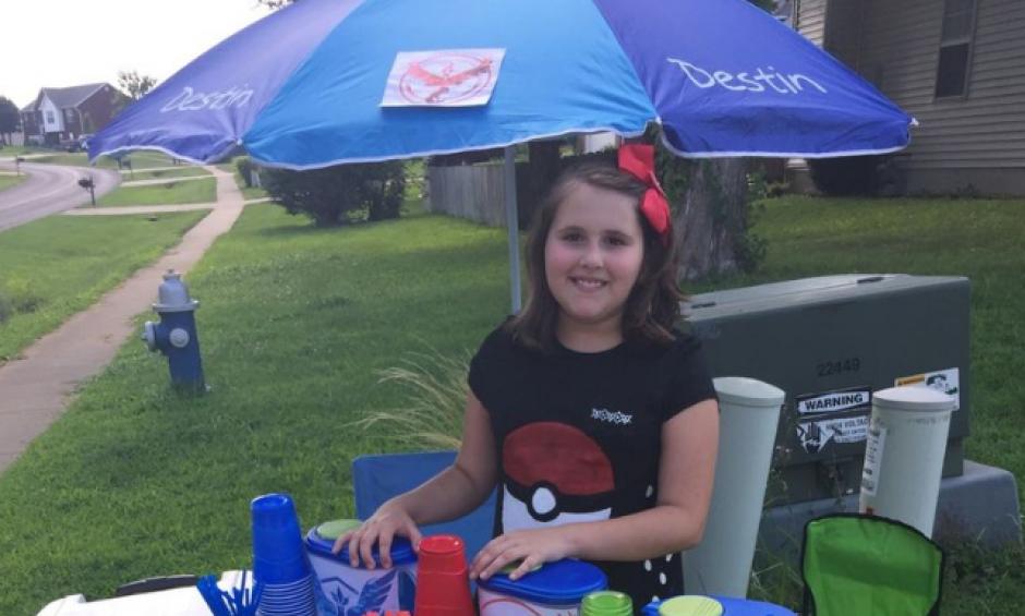 Miranda es una niña de 10 años que vende limonada a los jugadores de Pokémon Go. (Foto: The Verge)