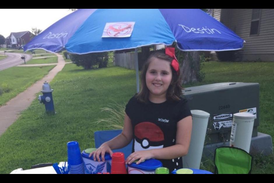 Una niña es el éxito en su comunidad al aprovechar la fiebre de Pokémon Go, vendiendo refrescos y comida a los maestros.