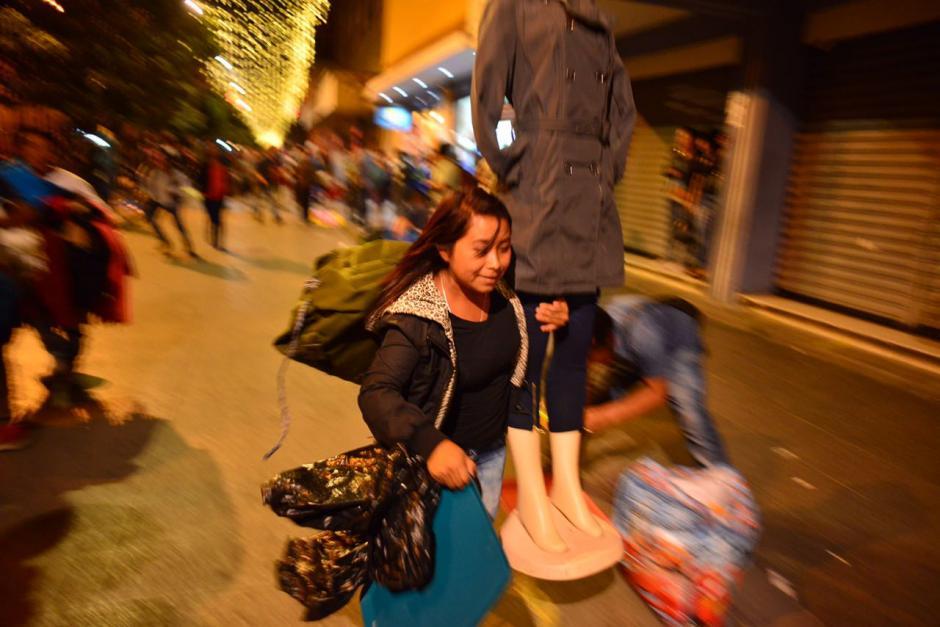 Los vendedores ambulantes se instalaron en las calles del Paseo de la Sexta. (Foto: Jesús Alfonso/Soy502)
