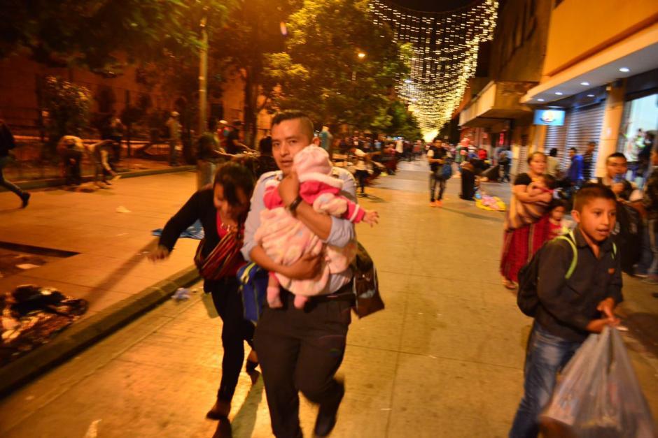 La gente caminaba rápido en el lugar para evitar daños. (Foto: Jesús Alfonso/Soy502)