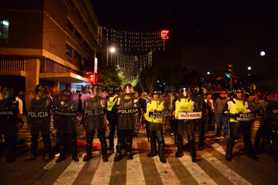 Un gran número de elementos de la PNC se instaló en la Sexta Avenida. (Foto: Jesús Alfonso/Soy502)