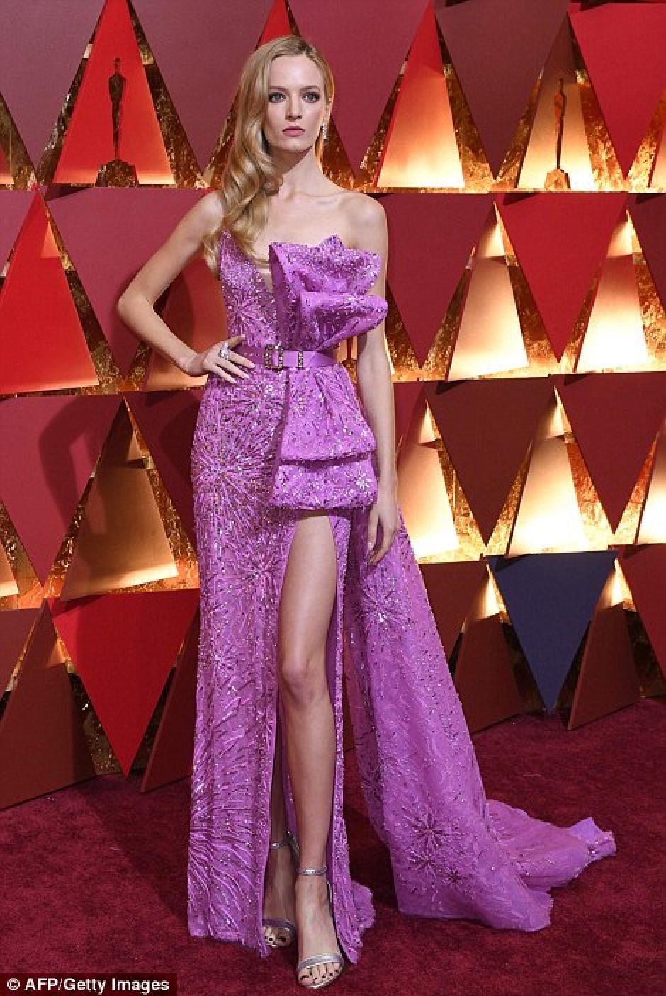 La modelo russia Daria Strokous, no lució como esperaba por el adorno de su vestido. (Foto: AFP)