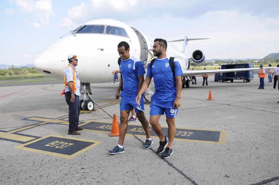 """Wilson Lalín y Carlos """"El Pescado"""" Ruiz conversan minutos después de haber bajado del avión que los trasladó a Honduras, para el duelo amistoso. (Foto: Orlando Chile/Enviado especial de Nuestro Diario)"""