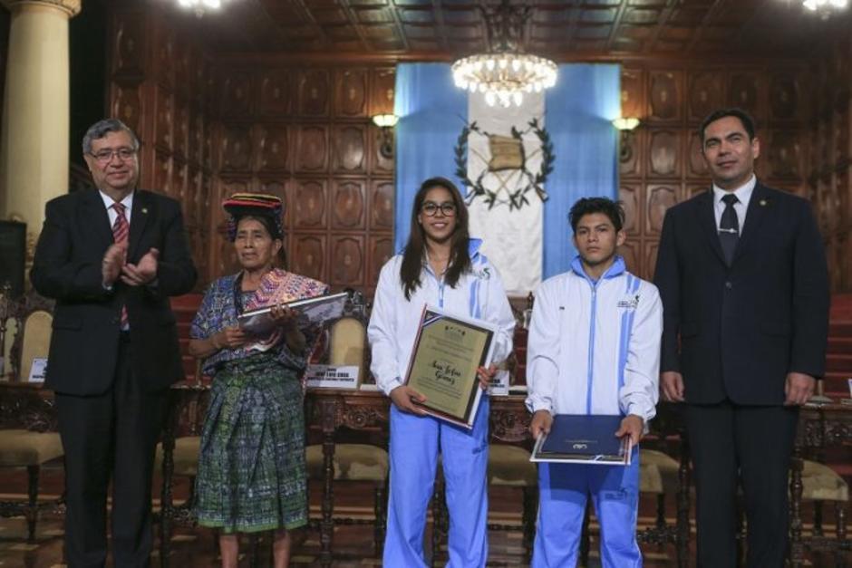 Nicolasa Cuxún, Sofía Gómez y Jorge Vega fueron galardonados. (Foto: Presidencia)