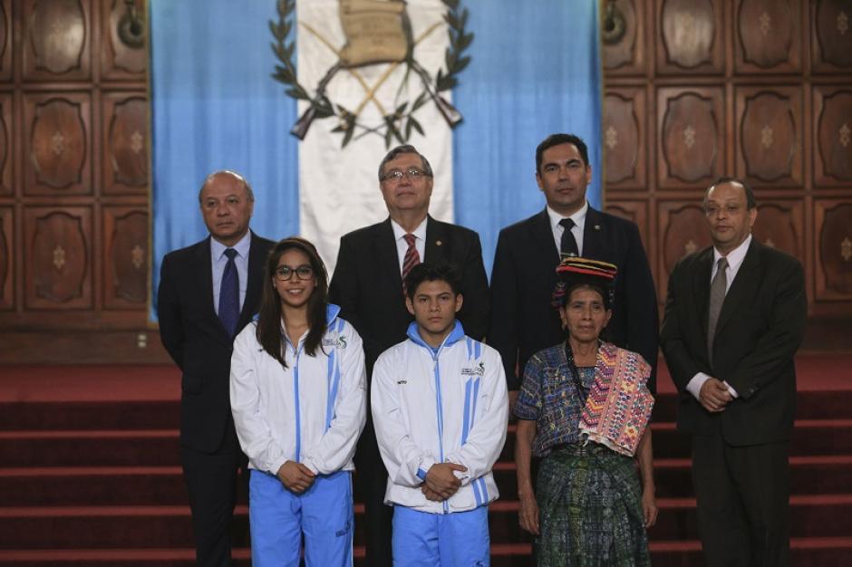 Los deportistas guatemaltecos recibieron la Orden Vicepresidencial. (Foto: Presidencia)