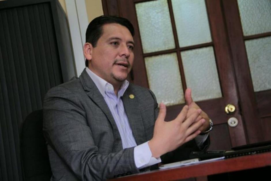 El viceministro de Gobernación, Óscar Dávila Mejicanos, informó de la localización del sumergible. (Foto: Ministerio de Gobernación)