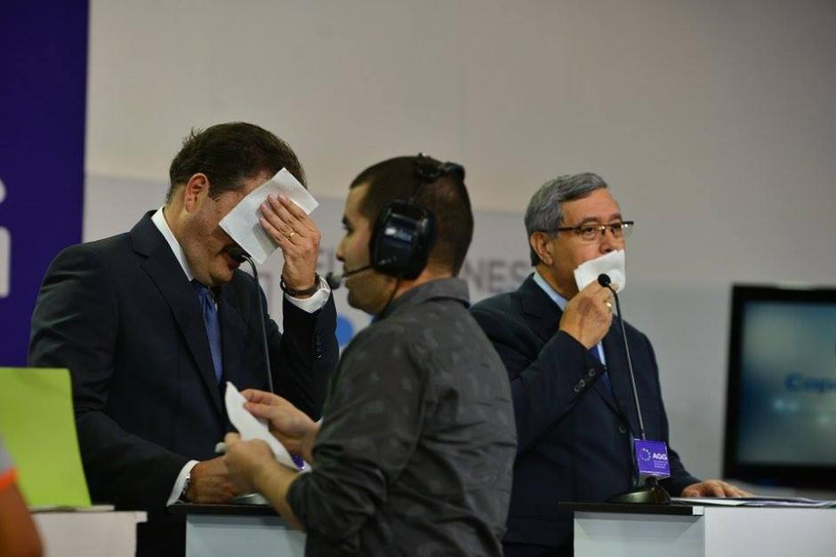 En cada corte a comerciales los candidatos eran asistidos para evitar el brillo en su cara. (Foto: Wilder López/Soy502)