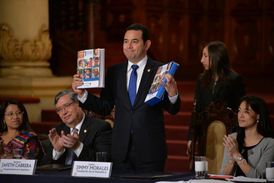 El mandatario recibió una copia del informe de más de 200 páginas. (Foto: Wilder López/Soy502)
