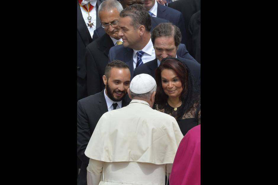 La exvicepresidenta junto con su hijo en una visita al Papa Francisco. (Foto: AFP)