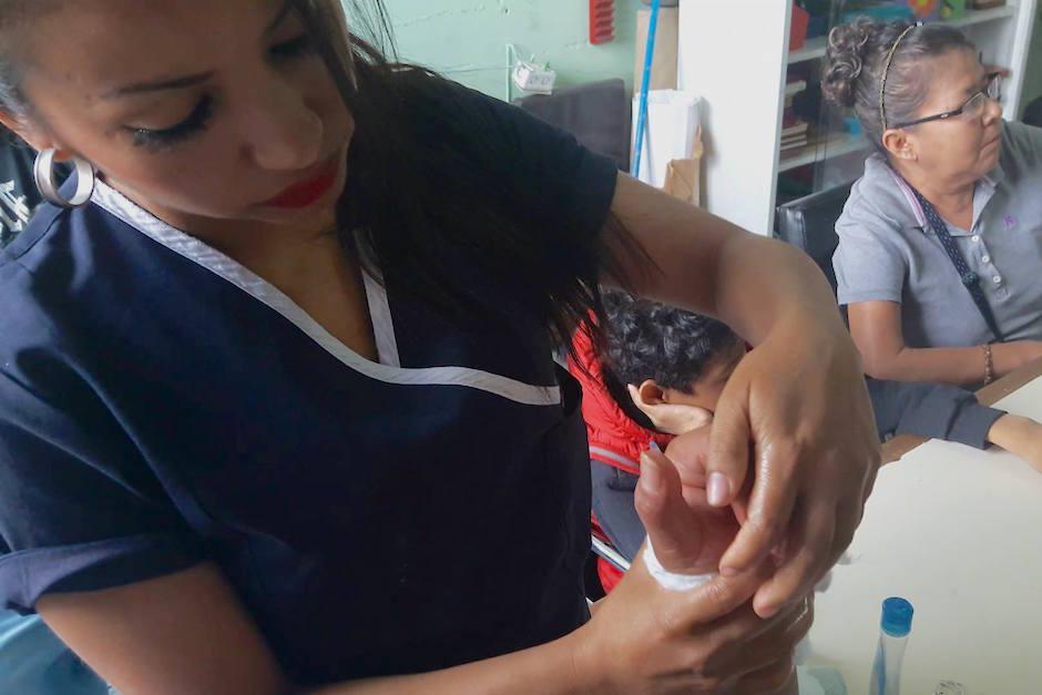 Palacios masajea la mano de Víctor Chitay (Foto: Javier Lainfiesta/Soy502)