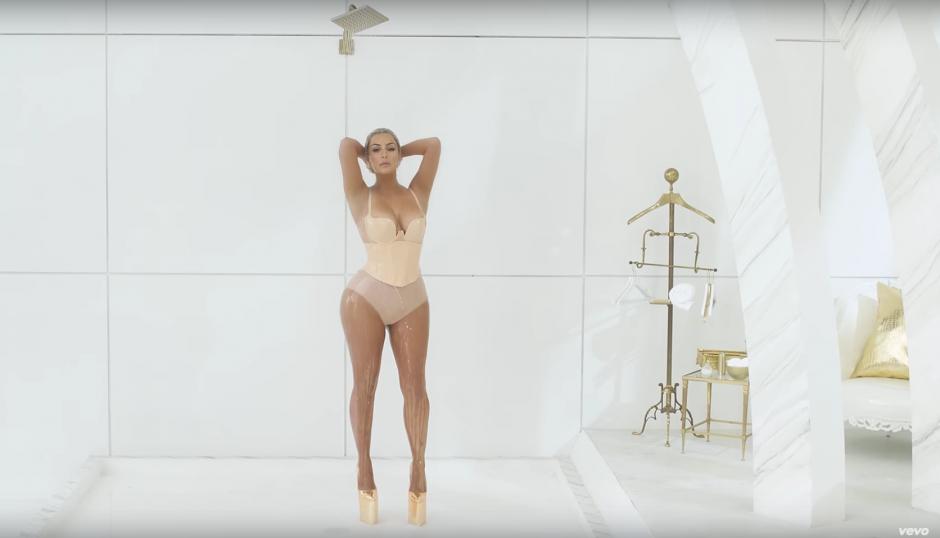 Kim Kardashian luce su escultural cuerpo. (Captura de pantalla: FergieVEVO /YouTube)