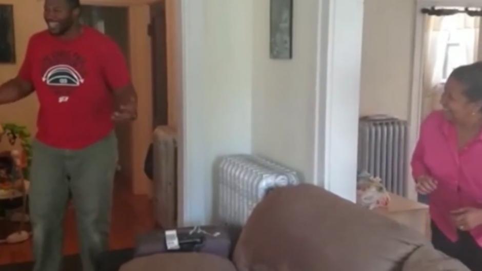 Jeffrey no podía creer que su madre estuviera en su casa. (Foto: Captura de YouTube)