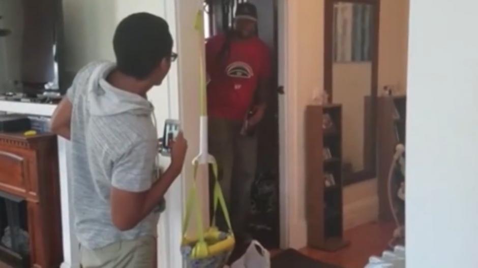 Al primero que vio Jeffrey al abrir la puerta fue a su hermano. (Foto: Captura de YouTube)