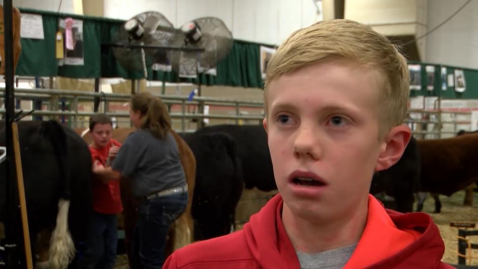 El menor fue rescatado y el niño entrevistado nunca se dio cuenta de lo que sucedía atrás. (Foto: YouTube)