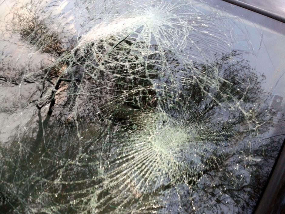 Los vehículos modernos tienen vidrios delanteros difíciles de romper. (Foto: pagina95.com)