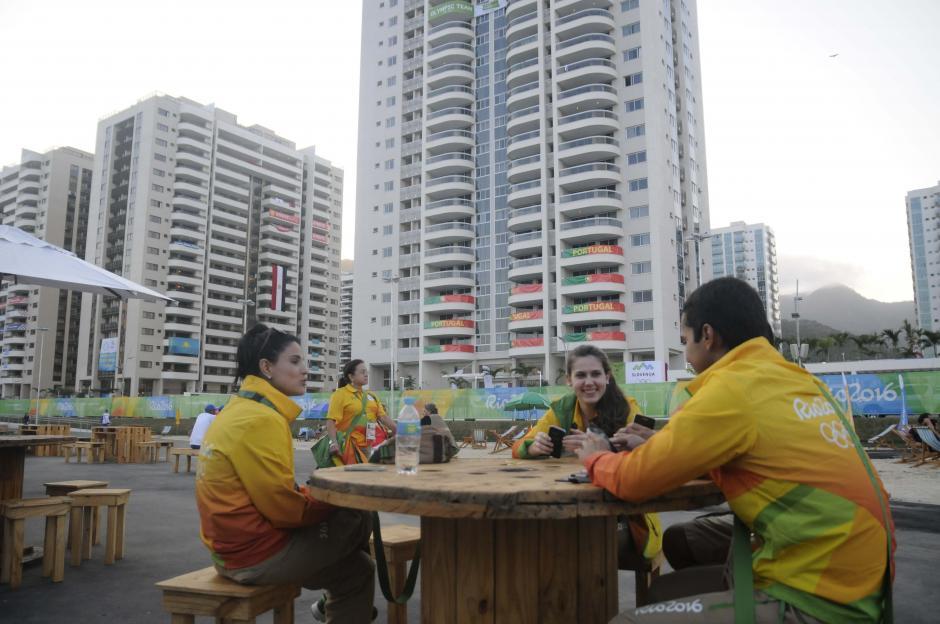 Ambiente de fiesta se vive en la Villa Olímpica, cientos de voluntarios colaboran con los atletas. (Foto: Pedro Pablo Mijangos/Soy502)
