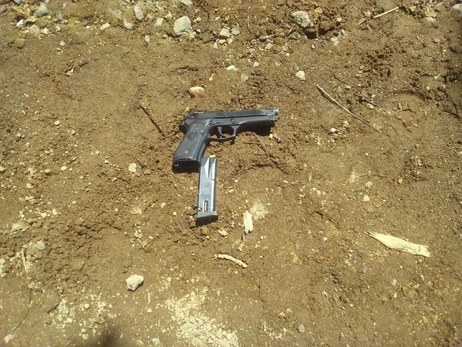 El supuesto asaltante llevaba consigo esta pistola.  (Foto: PNC)