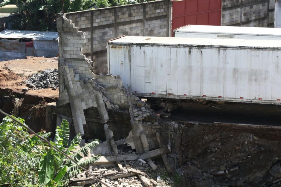 Las lluvias provocaron la caída de un furgón sobre cinco casas. (Foto: Alejandro Balan/Soy502)
