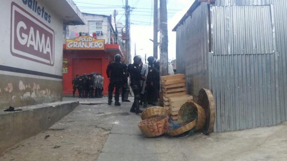 Las fuerzas de seguridad utilizaron bombas lacrimógenas para retirar a los inconformes. (Foto: Nuestro Diario)