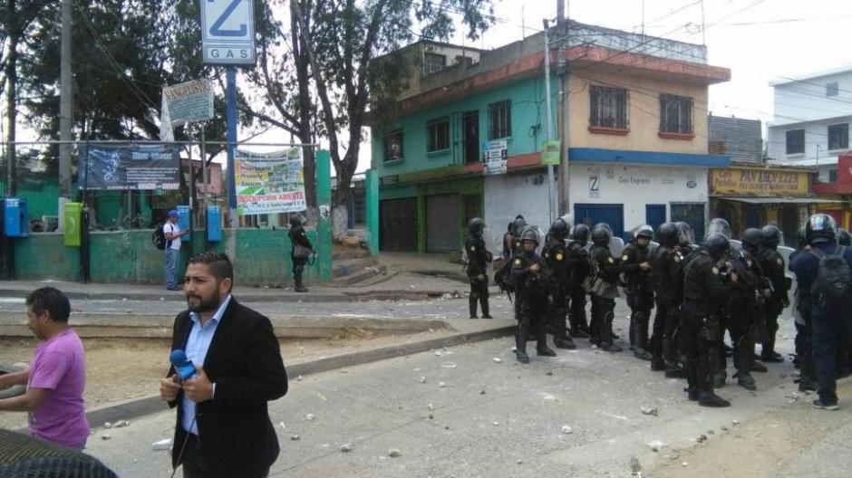 Los antimotines llegaron a Villa Nueva para tratar de calmar la situación. (Foto: Nuestro Diario)