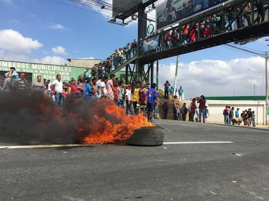 Los inconformes quemaron llantas para evitar el paso de vehículos. (Foto: Luis Barrios/Soy502)