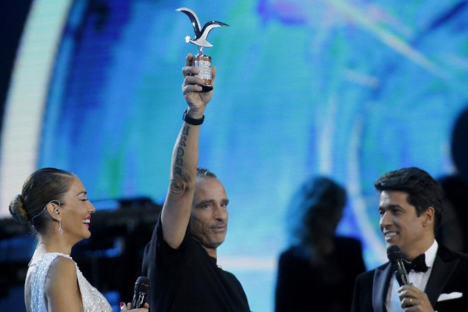 Eros Ramazzotti llegó vestido de negro de pies a cabeza y acompañado por un grupo de músicos. (Foto: AFP)