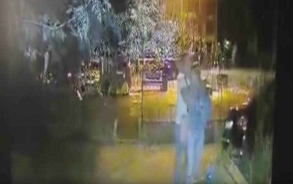 El hombre atrapa a la mujer que se encuentra sola en la calle. (Captura de pantalla: Всевидящий Глазик/ YouTube)