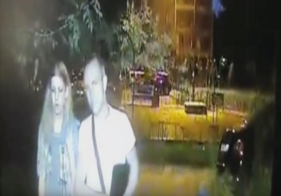 La obliga a caminar unos pasos junto a él. (Captura de pantalla: Всевидящий Глазик/ YouTube)