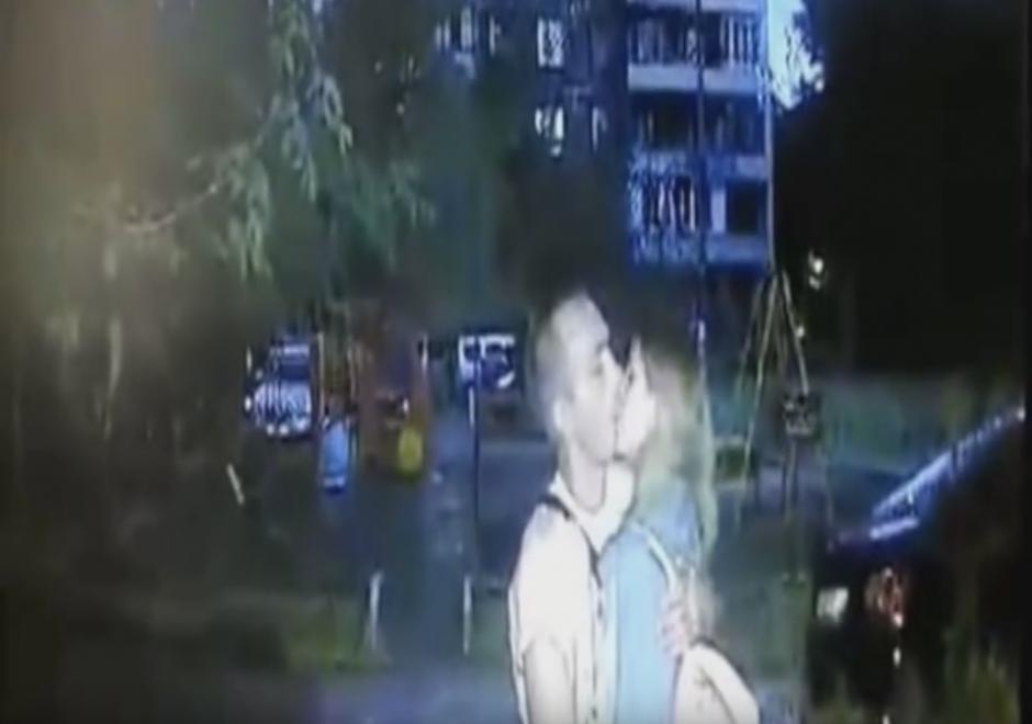 Luego, el hombre la ultraja. (Captura de pantalla: Всевидящий Глазик/ YouTube)