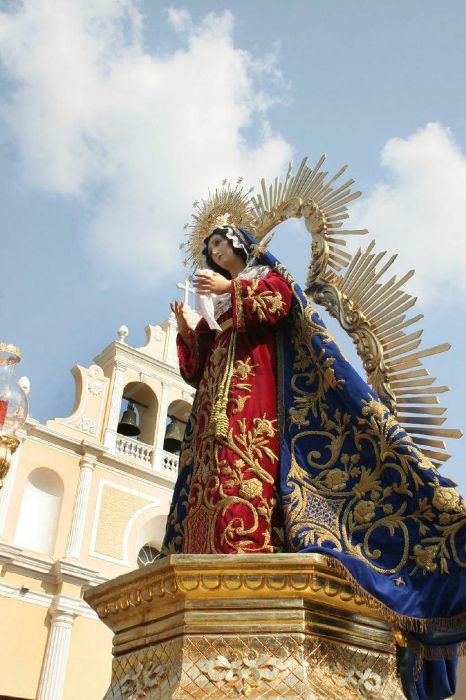 La Virgen del Beaterio de Belén lleva un vestido y manto ricamente bordados en oro. (Foto: Raúl Illescas).