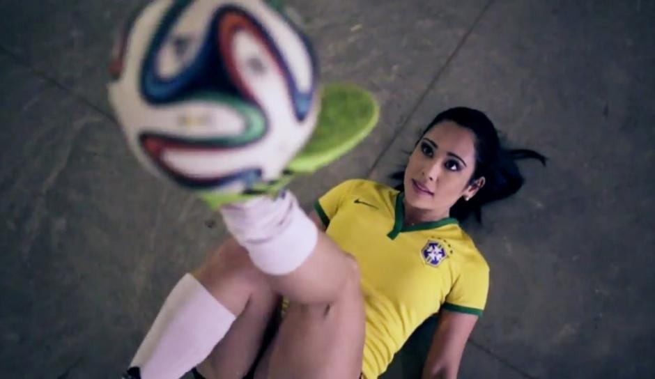 """Raquel Benetti es una brasileña que enamora a los hombres en internet por sus videos donde sale haciendo """"tecniquitas"""" en tacones alto"""