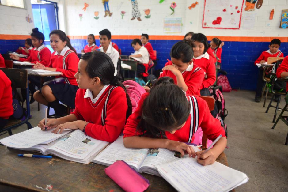 Algunos alumnos se sientan en pupitres y otros en mesas improvisadas que son peligrosas para los niños. (Foto: Jesús Alfonso/Soy502)