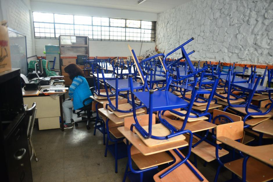 Los escritorios donados esperan a ser ubicados en las aulas. (Foto: Jesús Alfonso/Soy502)