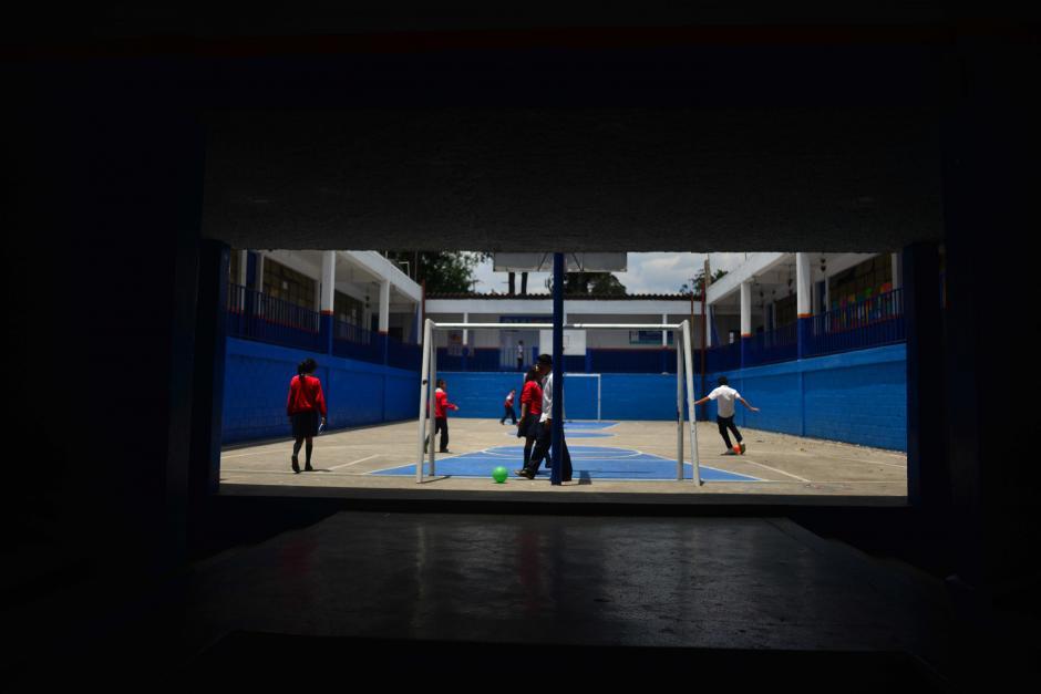 Durante el acto, los niños esperaron bajo el sol en el patio del centro. (Foto: Jesús Alfonso/Soy502)