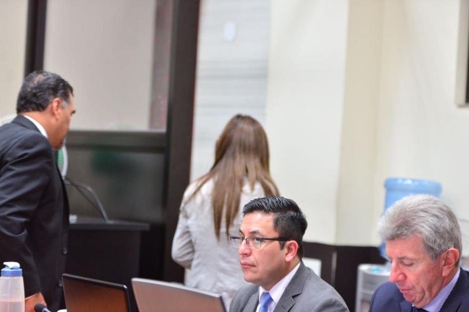 Este es el momento en que Vivian Urízar abandona la sala de audiencia en Tribunales. (Foto: Jesús Alfonso/Soy502)