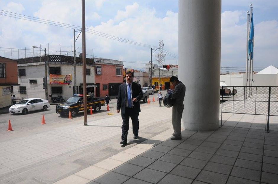 Aguilar a su llegada al edificio del Ministerio Público. (Foto: Camila Chicas/Soy502)