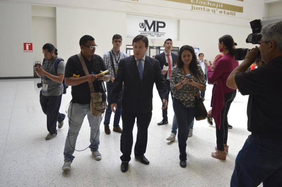 Los periodistas lo esperaron al ingreso de la sede de la fiscalía. (Foto: Camila Chicas/Soy502)