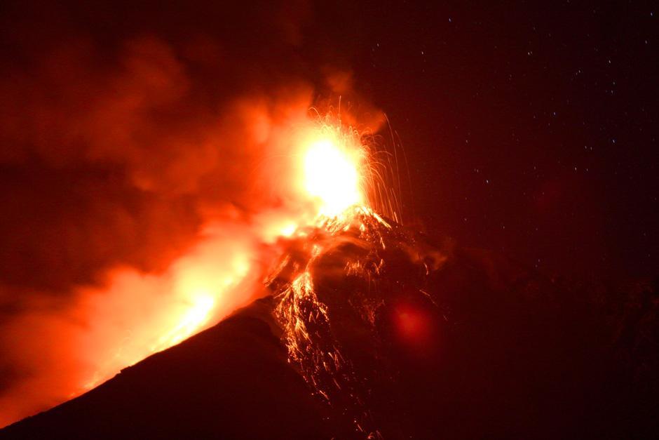 El volcáncontinúa en erupción con explosiones de moderadas a fuertes. (Foto: Esteban Biba/EFE)