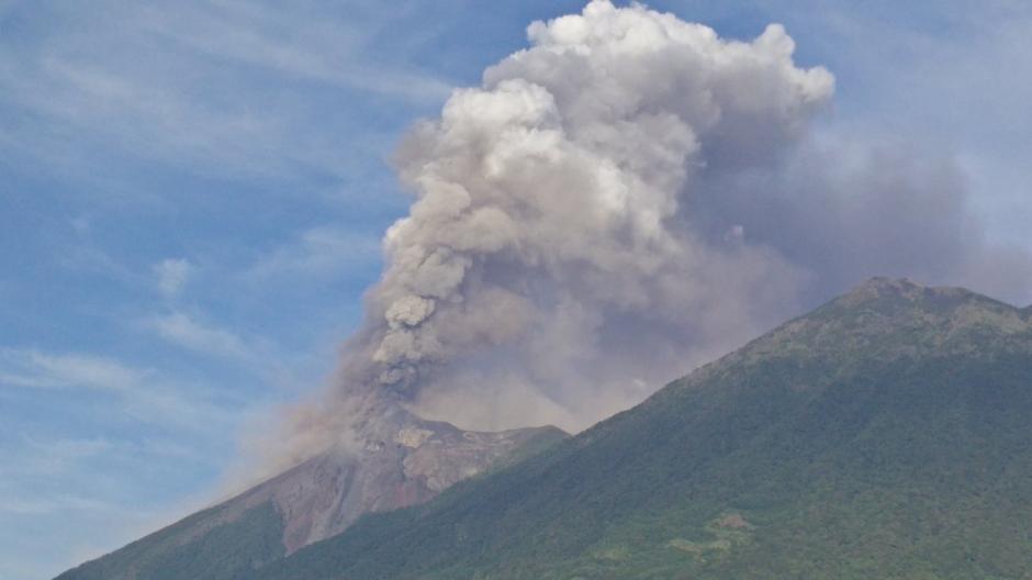 El volcán de Fuego presenta una de las explosiones más fuertes del año. (Foto: @fernanbarr)