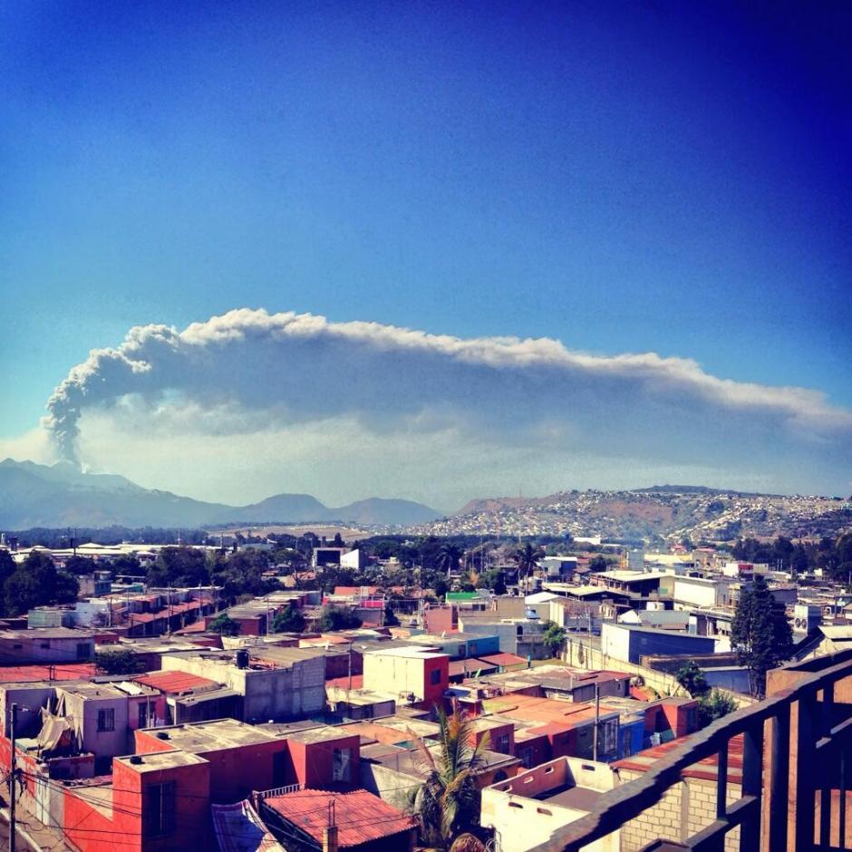 Vista panorámica de la erupción del Volcán Pacaya desde un edificio de la ciudad (Foto: Jesús Alfonso/Soy502)