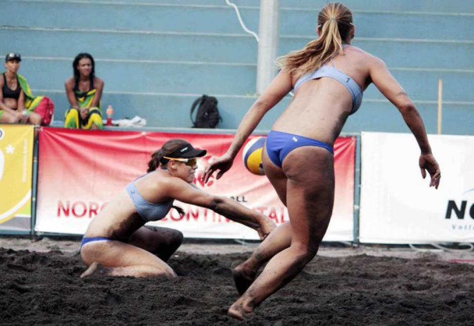 Dos duplas guatemaltecas femeninas vieron acción en la Copa Continental de voleibol de playa. (Foto: Facebook)