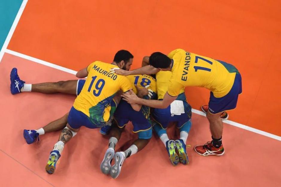 El vibrante encuentro estuvo bastante reñido pero Brasil ganó tres sets a cero. (Foto: AFP)